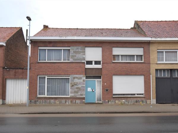 Centraal gelegen te renoveren  woning met bijgebouw en tuin.