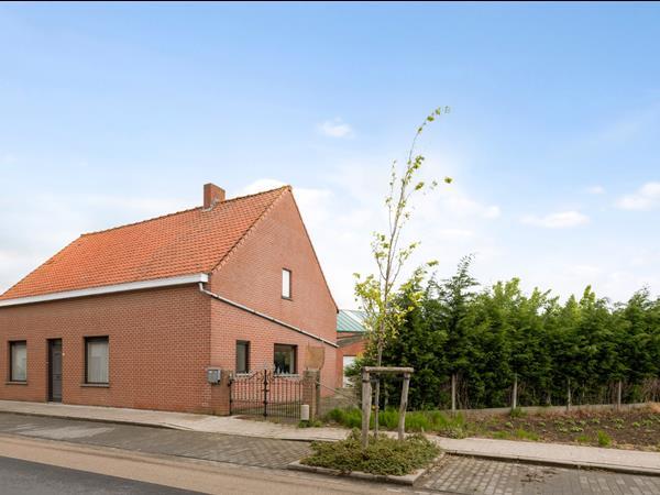 Vrijstaande woning op rustige ligging met bijgebouwen