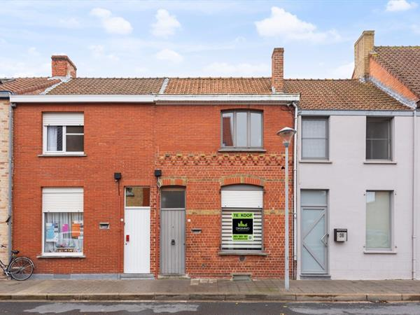 Knusse rijwoning nabij in centrum Veurne met garage