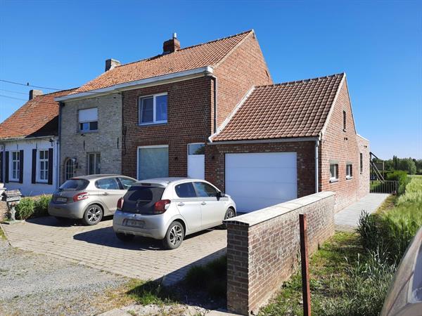 Landelijk gelegen, halfopen woning met tuin, garage en 2 slaapkamers