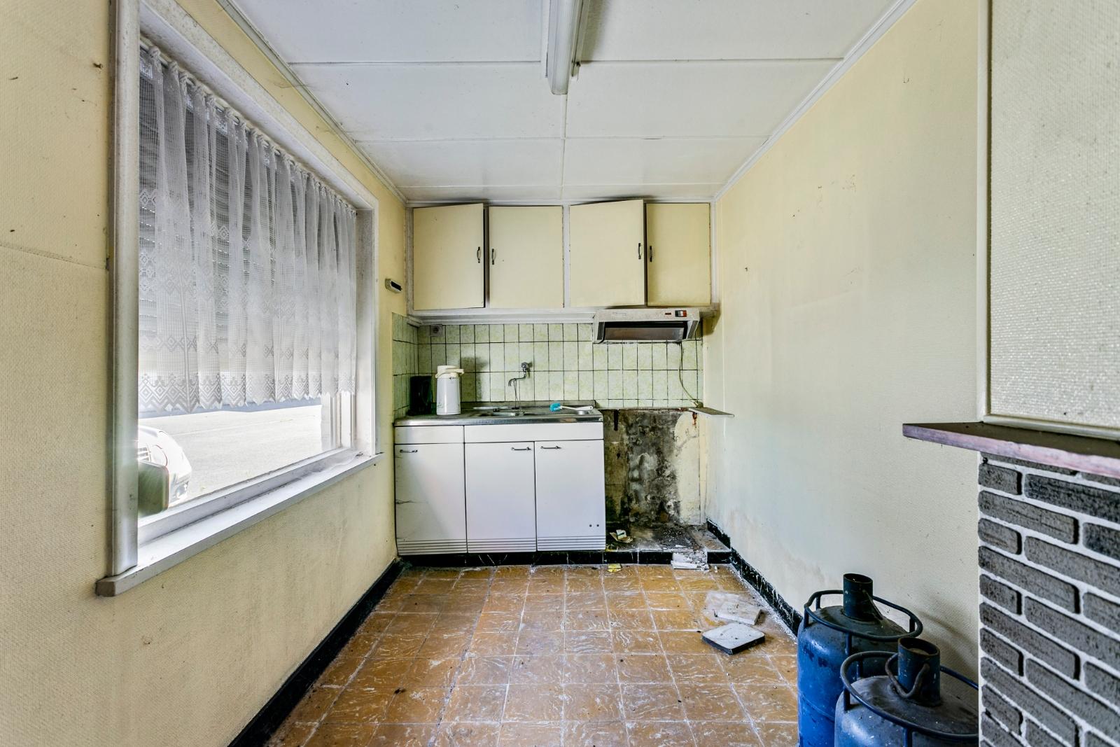 Te renoveren, halfopen woning, gelegen in de stadsrand van Izegem - 8