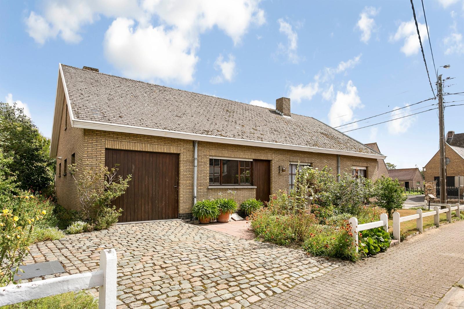 Vrijstaande, gelijkvloerse woning met garage en 3 slaapkamers te Koekelare