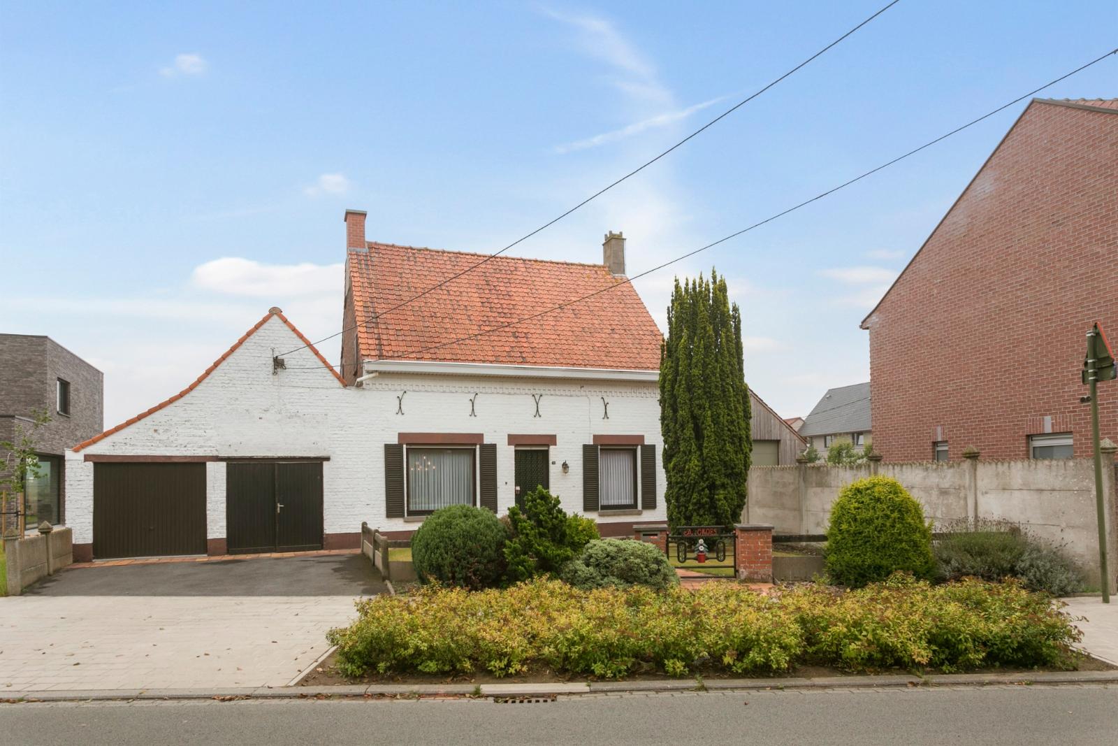 Vrijstaande, te moderniseren woning met grote tuin en dubbele garage in de stadsrand van Roeselare
