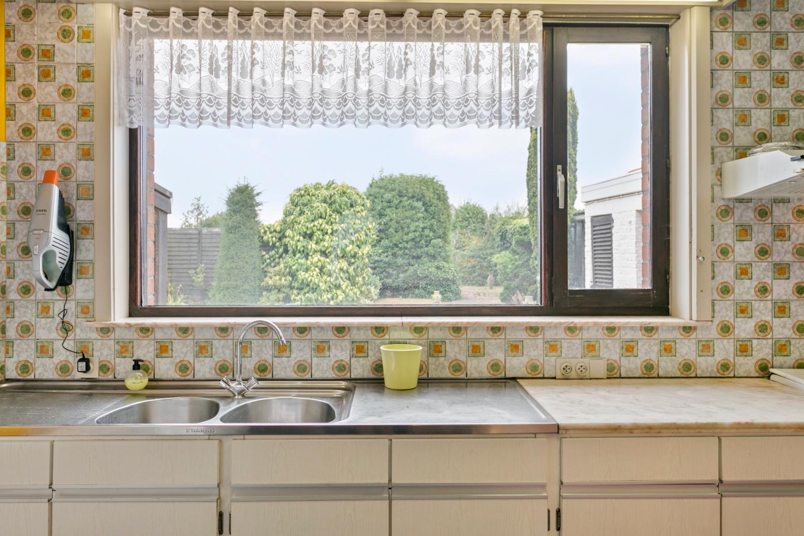 Vrijstaande, te moderniseren woning met grote tuin en dubbele garage in de stadsrand van Roeselare - 9