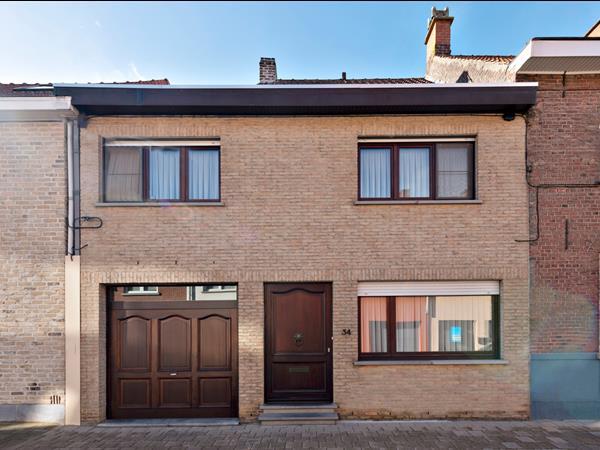 Woning met 4 slaapkamers en garage, gelegen in centrum Roeselare