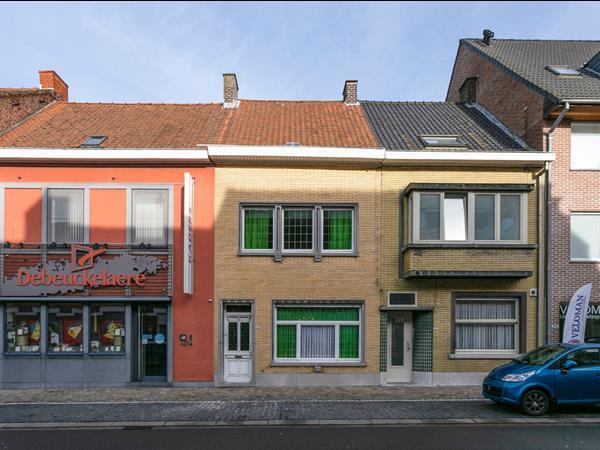 Op te frissen rijwoning met 3 slaapkamers, gelegen te Roeselare