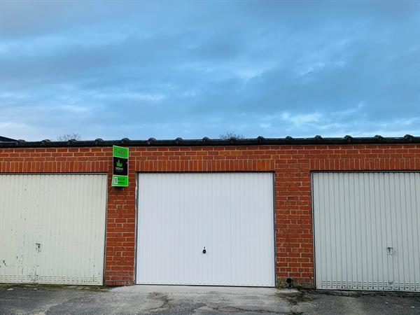 Praktische en mooi vernieuwde garagebox te koop