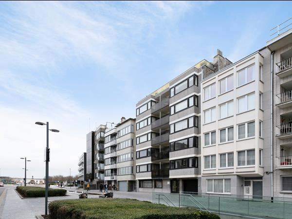 Zeer goed gelegen, te renoveren gelijkvloers appartement, vlakbij zee en strand