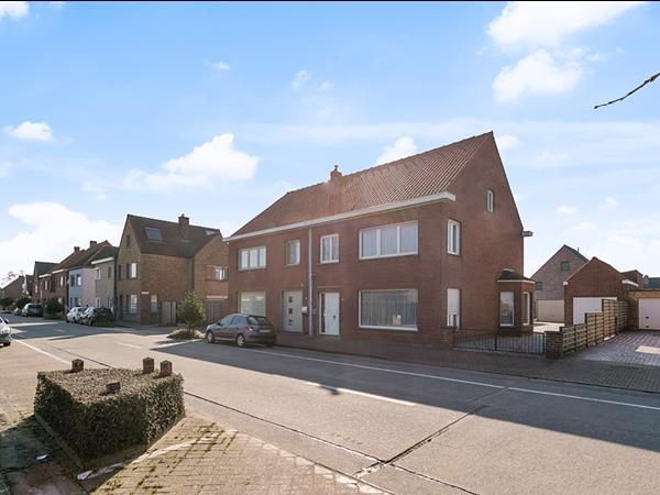 Halfopen woning met tuin, bijgebouw en garage, gelegen te Veldegem.