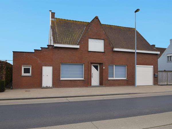 Landelijk gelegen woning met tuin en garage.